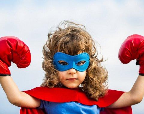 Petite fille déguisée en super héro