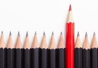 Un crayon de couleur rouge qui sort du lot