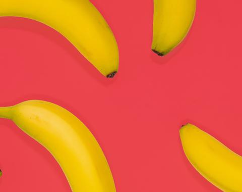 Les programmes de fidélisation : état des lieux A l'origine, les programmes relationnels ont été créés pour répondre à 3 objectifs majeurs : - Créer et enrichir une base de données pour affiner sa connaissance clients. - Fidéliser les clients en leur proposant des récompenses en échange des efforts fournis (achats, recommandation de la marque…) et in fine développer la valeur et la profitabilité de chacun. - Valoriser et engager les meilleurs clients, en leur donnant des statuts et des avantages exclusifs, pour susciter la préférence et la recommandation de marque. Si ces enjeux sont toujours d'actualité, ils ne sont pas méconnus du grand public qui ressent une grande méfiance envers ces programmes, jugeant qu'ils poussent seulement à la consommation et profitent plus aux entreprises qu'aux consommateurs ! Parmi les reproches formulées, 71% des clients estiment que les programmes de fidélité se ressemblent tous et 77% qu'ils servent avant tout à collecter et exploiter leurs données personnelles . Et d'après l'étude Audirep, seuls 40% considèrent que ces programmes sont généreux. En réalité, depuis quelques années, nous assistons à un fossé entre les attentes clients qui se tournent vers davantage de relationnel, d'unicité et d'avantages émotionnels et les programmes des marques qui capitalisent encore trop souvent sur une démarche purement transactionnelle. Conjointement, ces programmes s'essoufflent avec d'un côté des clients occasionnels qui perçoivent de moins en moins leur intérêt, et de l'autre des clients VIP qui exigent plus de services et d'avantages exclusifs. Les nouveaux leviers de la fidélisation clients Aux côtés des basiques d'un programme de fidélisation comme la proposition de valeur, le taux de générosité, l'accessibilité au programme ou son pilotage… nous avons identifié 5 nouveaux leviers de succès. Digital : le nouveau visage des programmes Avec l'arrivée des pure-players et l'adoption massive du smartphone, les clients ne veulent plus distinguer